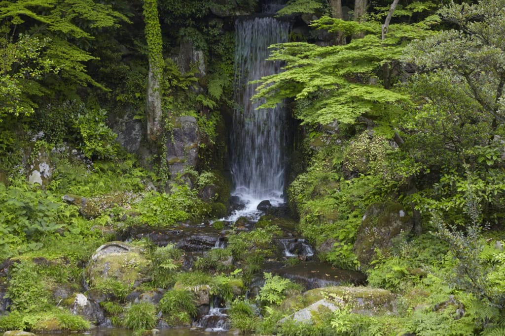 cascade dans le jardin japonais de Kenroku-en à Kanazawa