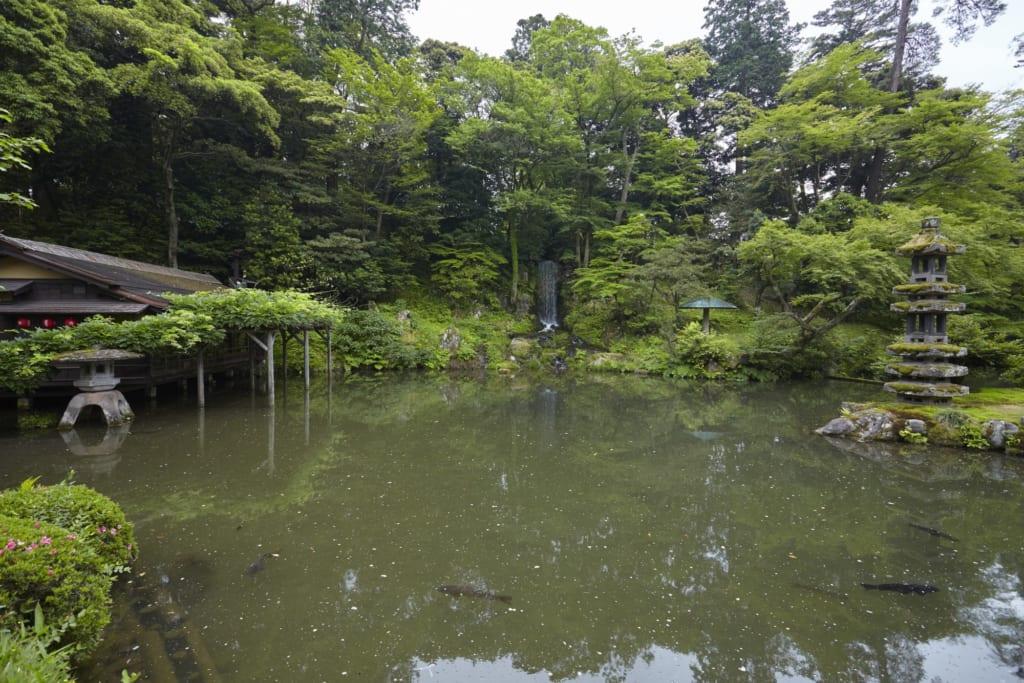 lanterne de pierre dans le jardin japonais de kenroku-en