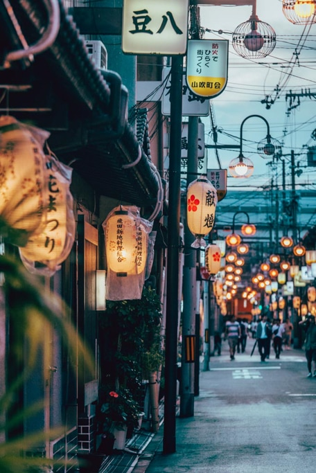 Les ruelles bordées de maisons traditionnelles du quartier rouge d'Osaka, Tobita Shinchi