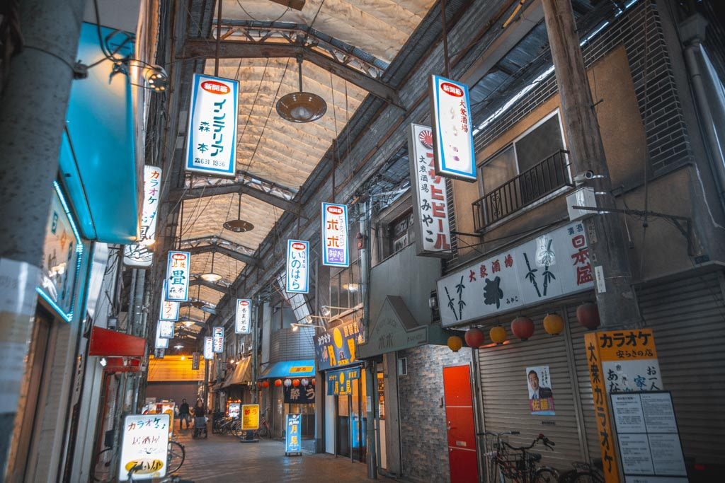 ambiance vintage dans les rues de janjan yokocho près de Shinsekai à osaka