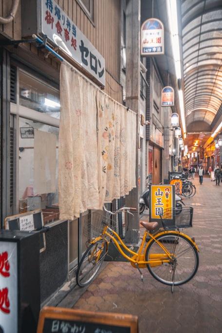 une ambiance absolument rétro à janjan yokocho, Osaka