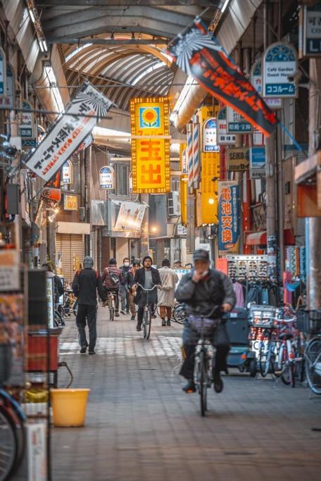 les arcades de janjan yokocho près de shinsekai à osaka