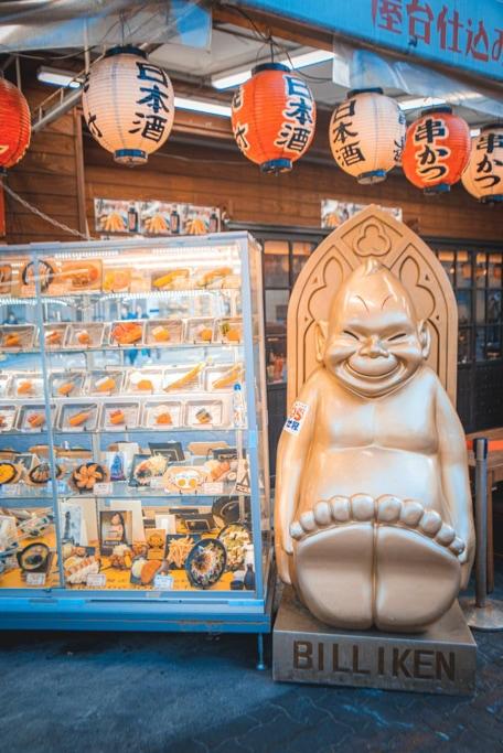 statue de billiken près d'un restaurant de shinsekai à Osaka
