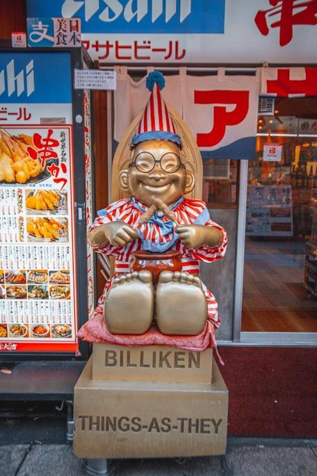 une statue de billiken dans le quartier de shinsekai à osaka