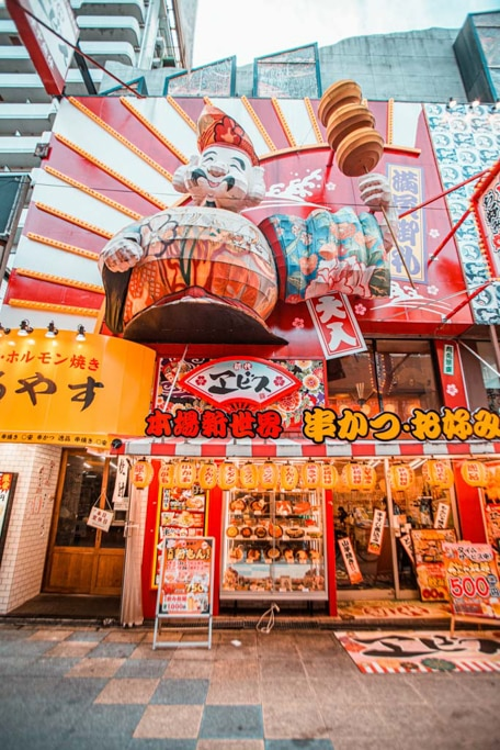 kushikatsu et autres spécialités locales dans ce restaurant de shinsekai à Osaka