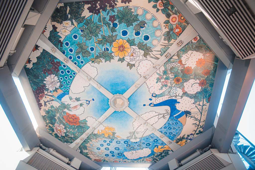 la plafond peint sous la tour tsutenkaku
