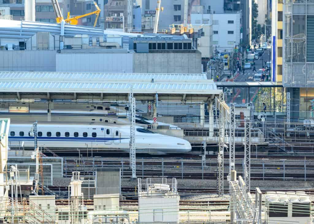 des shinkansen dans une gare à tokyo
