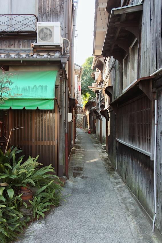 Ruelle étroite et bâtiments traditionelles à Ikuchijima