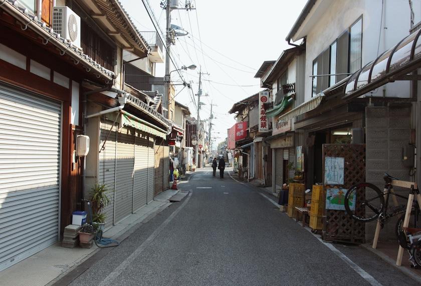 Ruelle tranquille menant à Kosanji sur l'île d'Ikuchijima