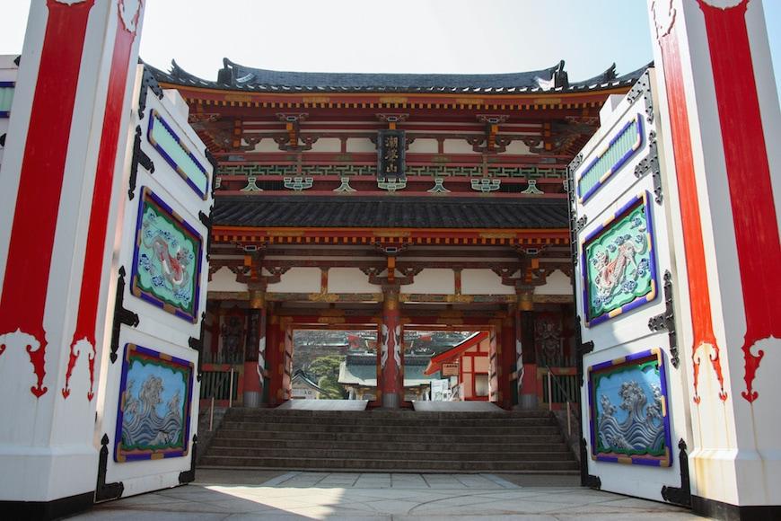 L'impressionnante porte d'entrée du temple Kosanji