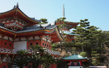 Hall principal du temple Kosanji et sa végétation luxuriante