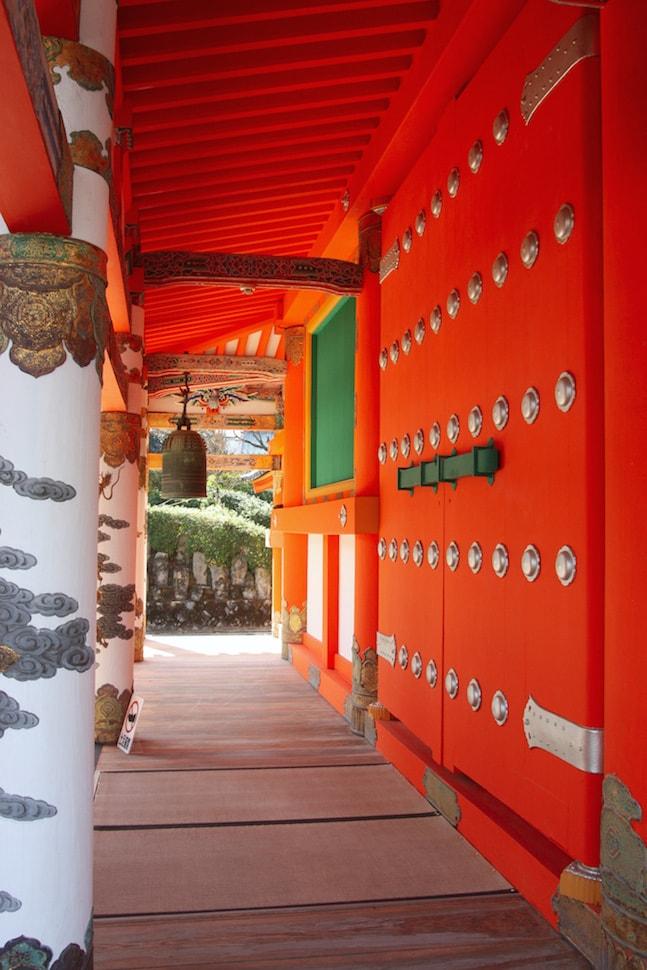 Gros plan sur le rouge vermillon, presque fluorescent, du temple Kosanji