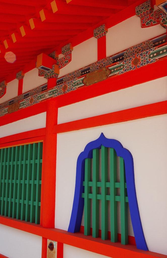 Détails de couleurs vives sur une façade d'un des bâtiments du temples Kosanji