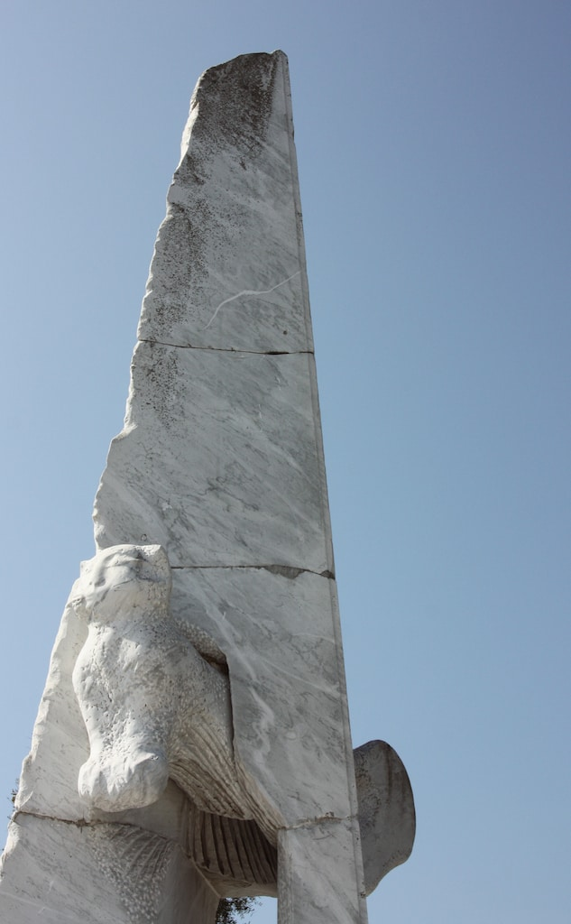 Sculpture sur fond de ciel bleu au jardin de marbre de Kosanji