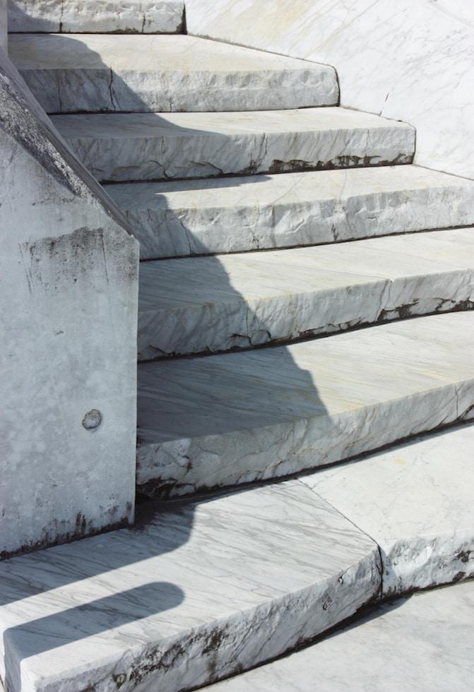 Les escaliers sculptés dans les marbre à la Colline de l'espoir du temple Kosanji