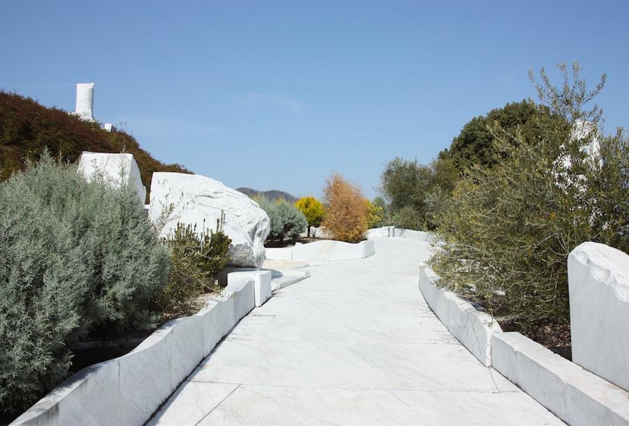 L'entrée immaculée du jardin de marbre du temple Kosanji et sa végétation méditerranéenne