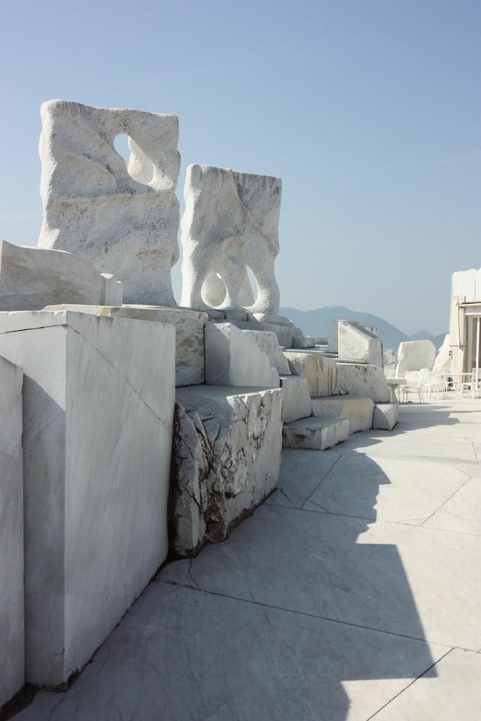 Sculptures sur fond de ciel bleu au jardin de marbre de Kosanji