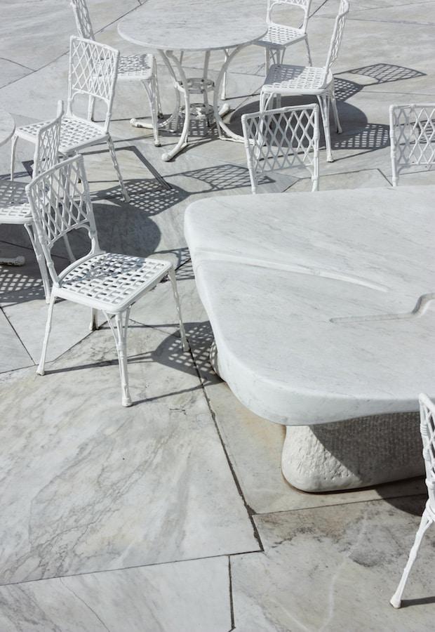 Le mobilier immaculé du café restaurant du jardin de marbre au Kosanji