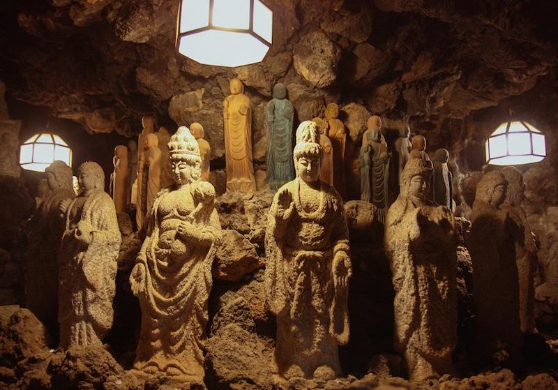 Sculptures de Bouddhas dans la galerie souterraine du temple Kosanji
