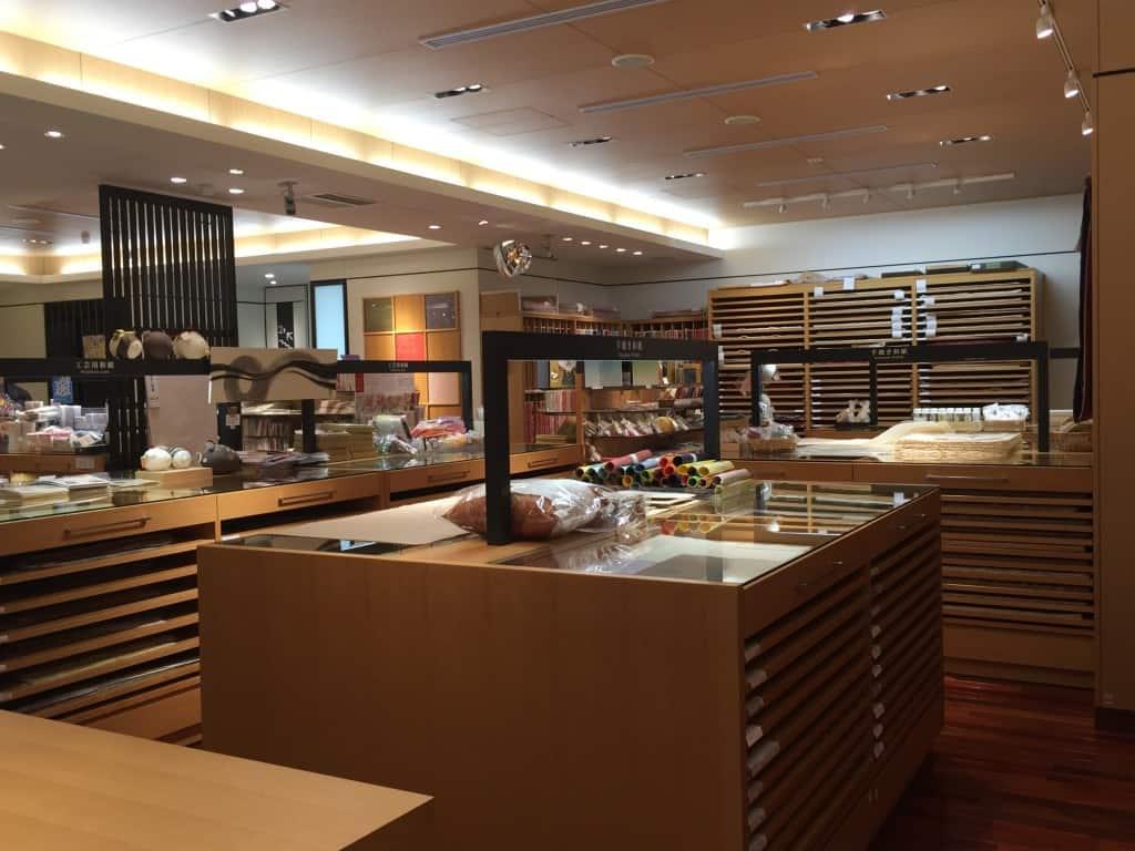 à l'intérieur d'une boutique de papier japonais washi
