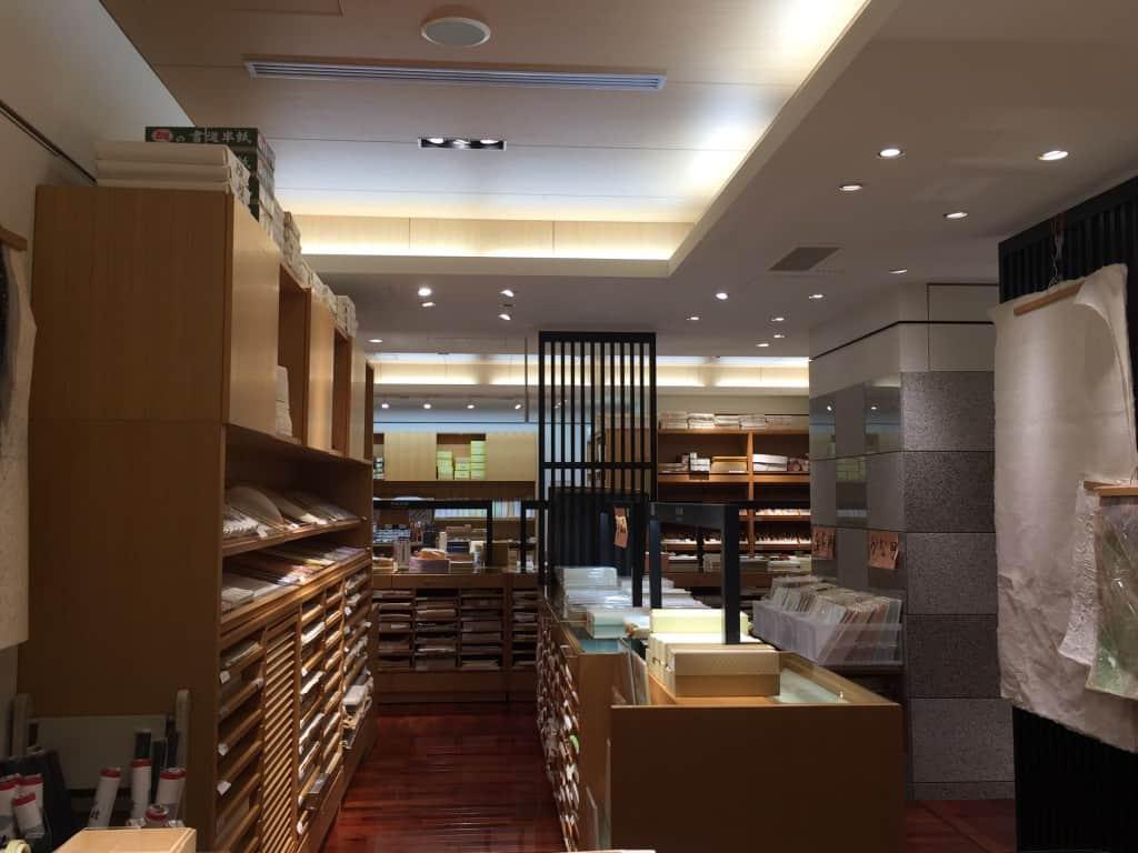 une boutique de papier japonais washi à Tokyo