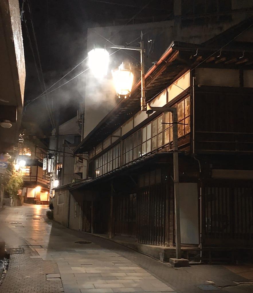 Les rues de Shibu Onsen et la vapeur des sources thermales