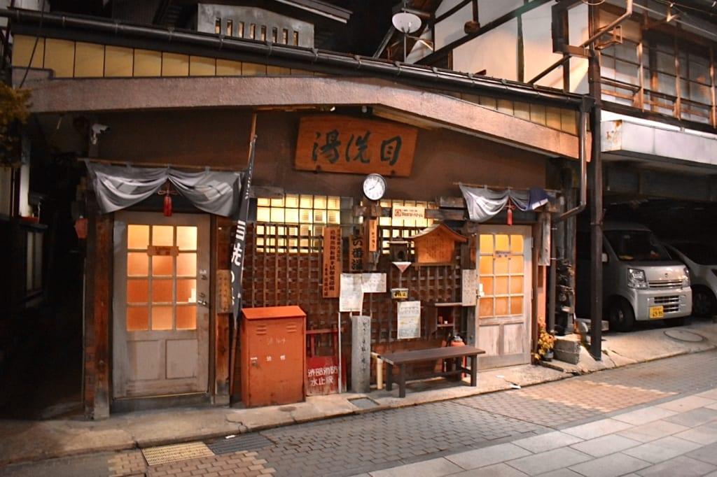La façade typique d'un bâtiment abritant un onsen à Shibu Onsen