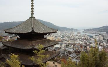 Pagode d'un temple d'Onomichi et vue sur la ville en contrebas