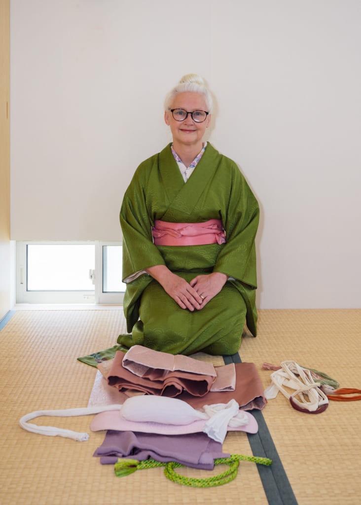 Sheila cliffe présente les accessoires nécessaires pour nouer un Nagoya obi