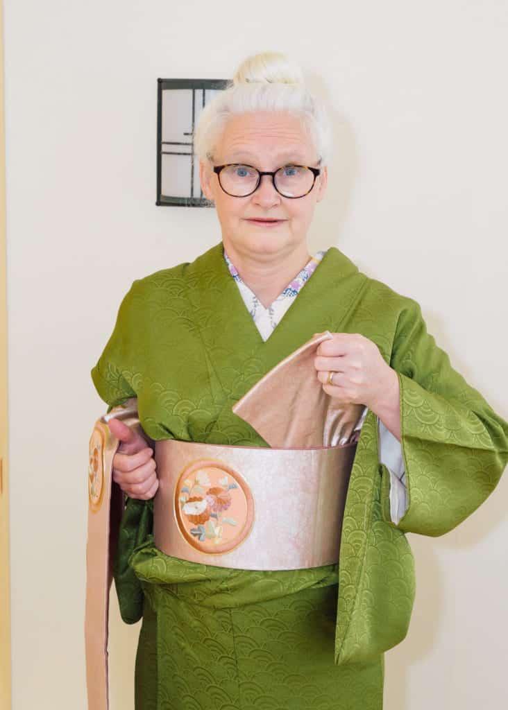 sortez l'extrémité étroite du nagoya obi avec votre main gauche