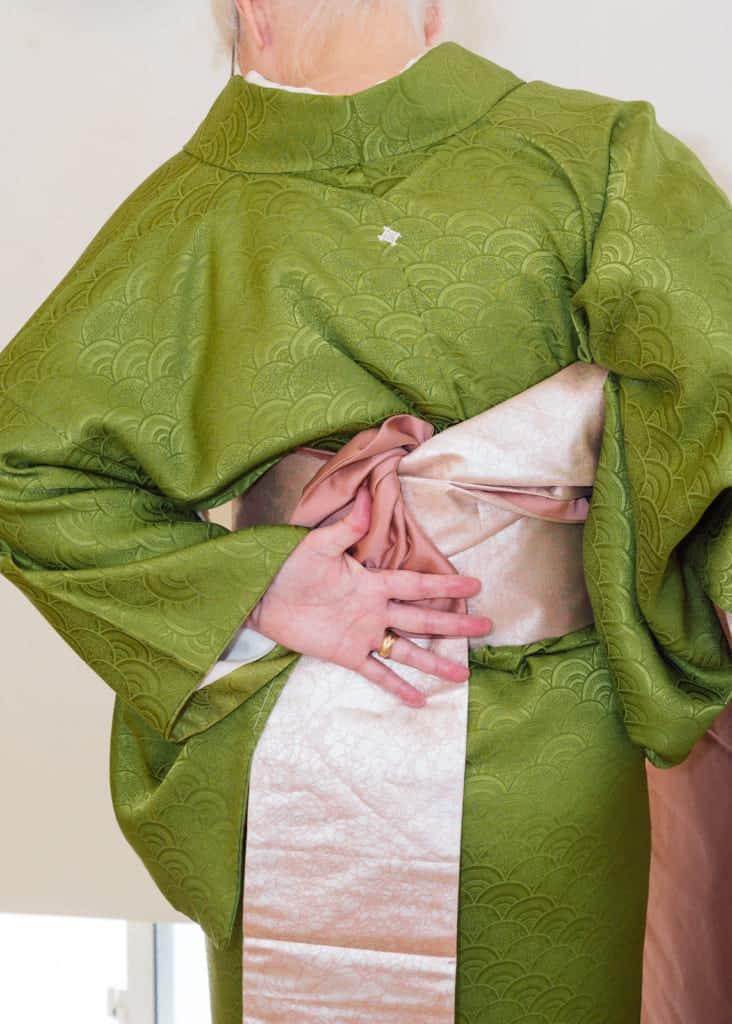 maintenez la longueur de l'obi en place du dos de votre main