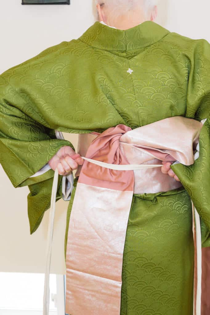 utilisation du premier koshi-himo qui sert à maintenir le nagoya obi en place