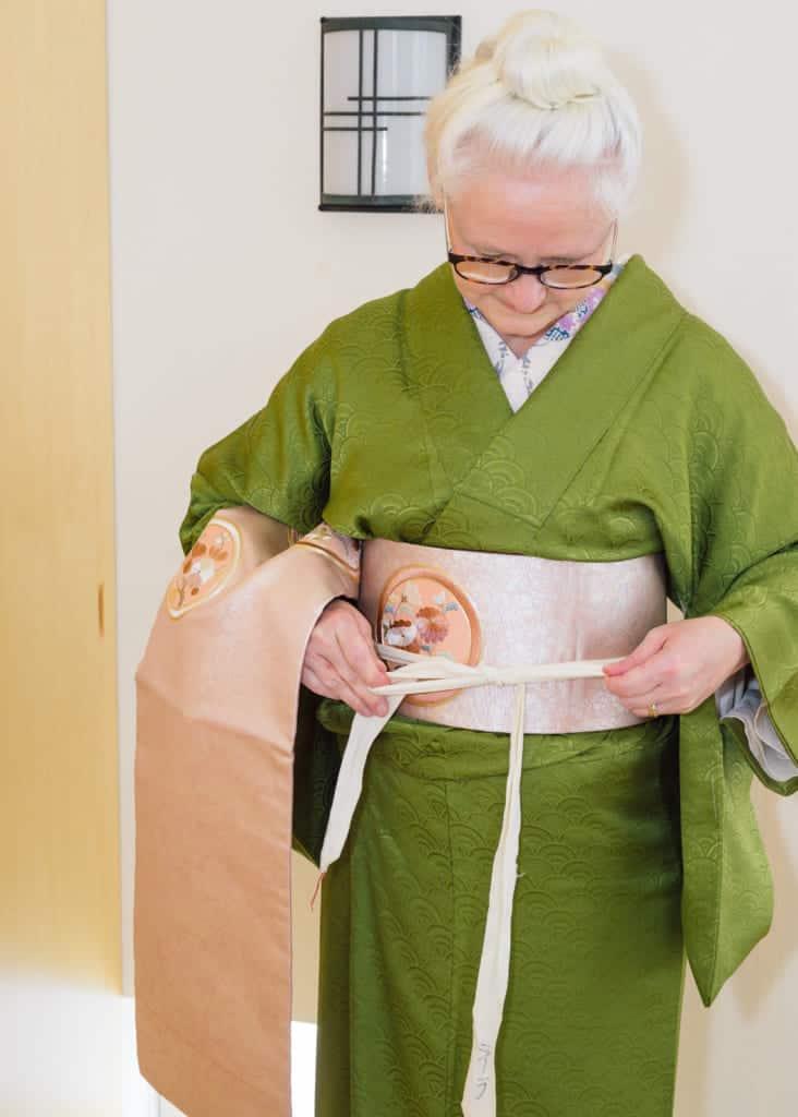 il faut nouer le koshi-himo devant soi