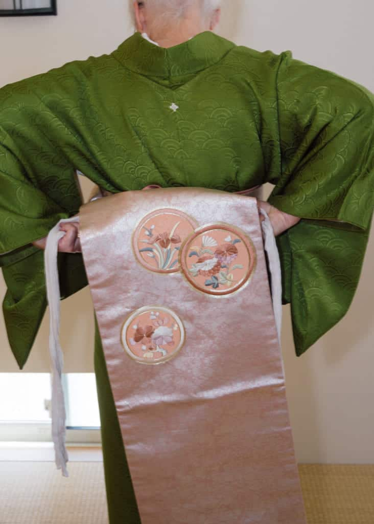 Ajustez le makura sur le haut du nagoya obi