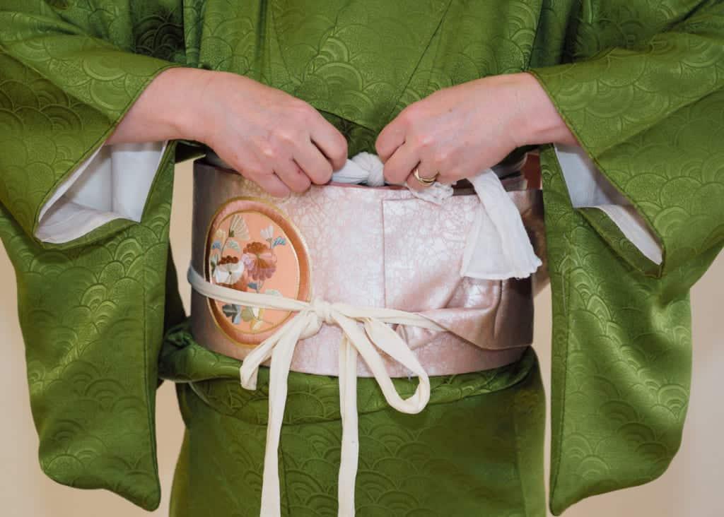 le neoud de l'obi makura est caché sous les couches du nagoya obi