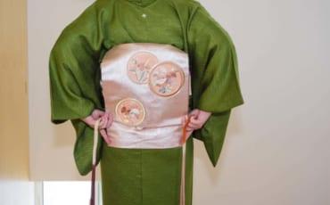 la boucle taiko du nagoya obi prend forme sur le kimono de sheila cliffe