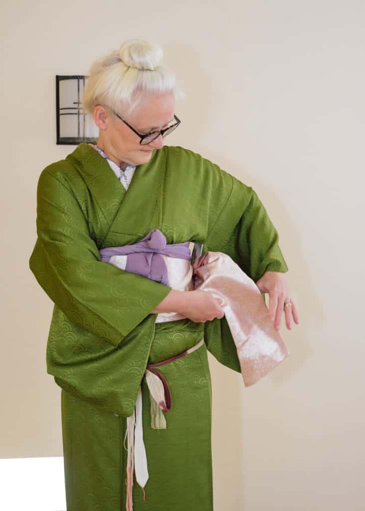 faire passer la partie étroite du nagoya obi dans votre dos