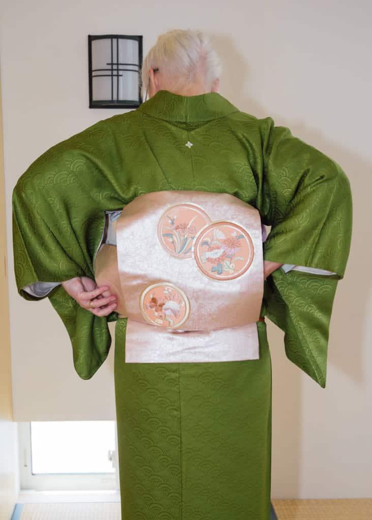 faire passer l'extrémité troiste du nagoya obi à travers la boucle taiko
