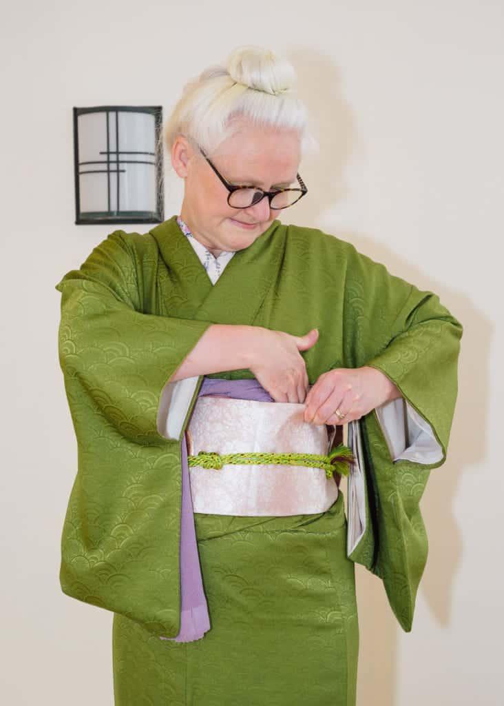 l'une des extrémités de l'obiage est d'abord cachée à l'intérieur deu nagoya obi
