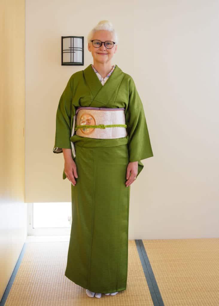 Sheila Cliffe vêtue d'un kimono surmonté d'un Nagoya obi