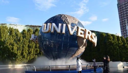 Logo Universal Studios animé à l'entrée du parc d'Osaka