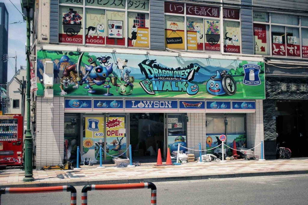 Un Lawson aux couleurs de Dragon Quest à den Den Town