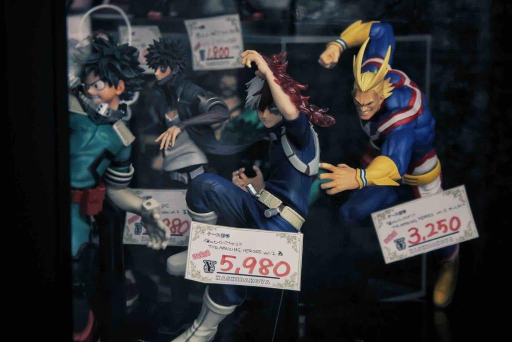 Figurines en boutique et dans des vitrines à Osaka