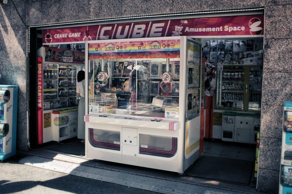 Une machine UFO Catcher dans la rue, au Japon à Osaka