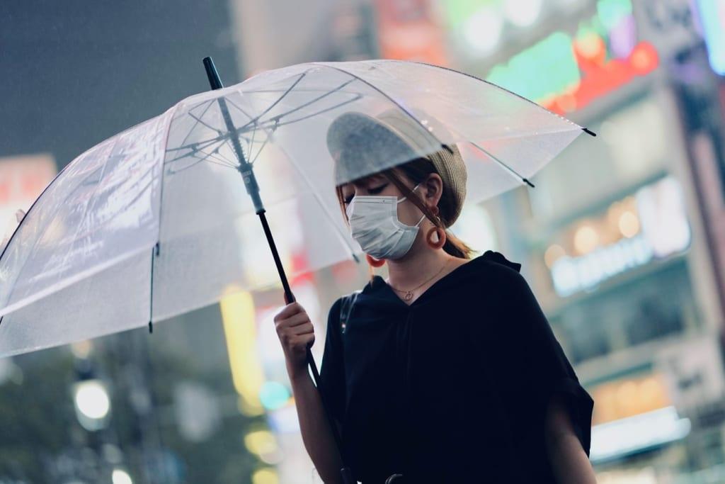 Une femme japonaise à Shibuya Crossing avec un masque