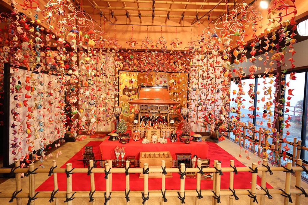 Une mise en scène très fournie pour le Hina matsuri exposée à Shizuoka, Japon