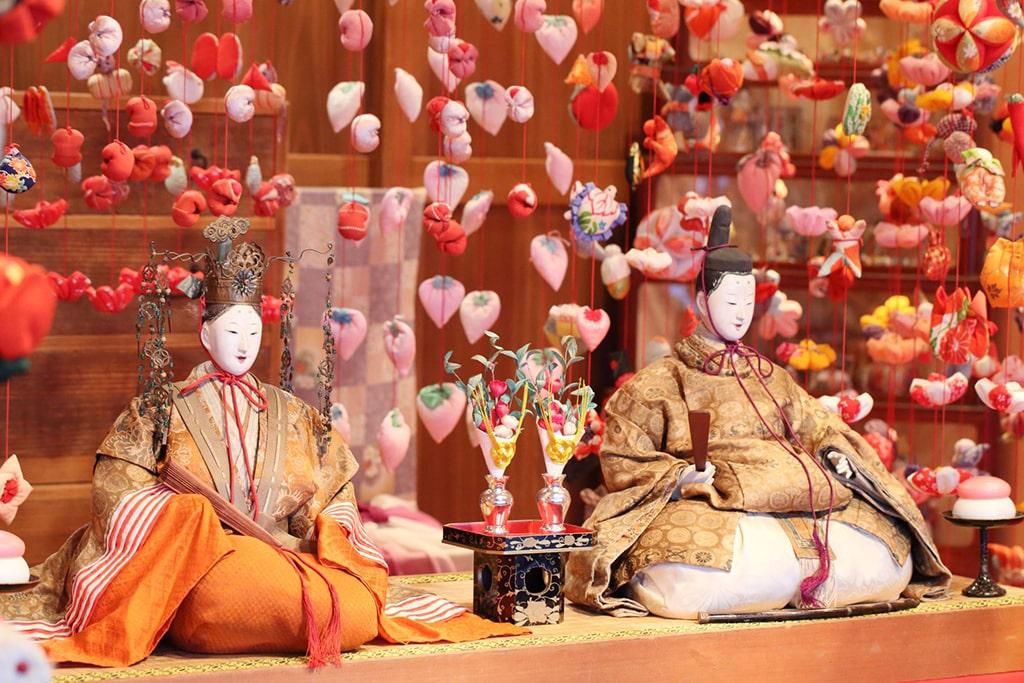 Gros plan sur deux poupées Hina représentant le couple impérial japonais