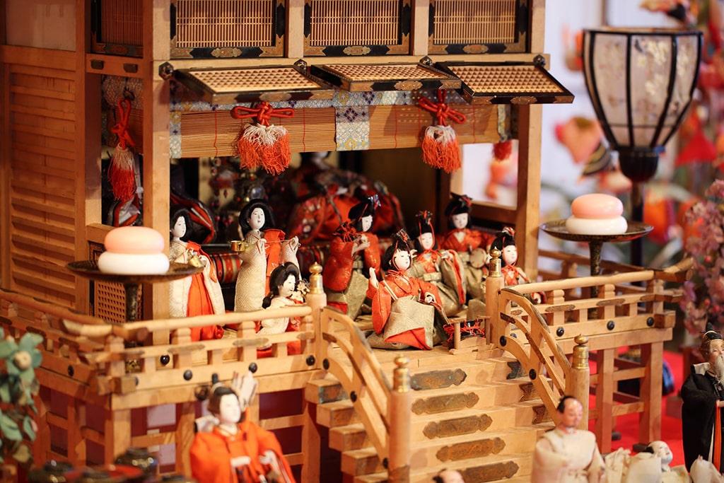 Détails de décoration traditionnelles pour Hina matsuri à Shizuoka : de nombreuses petites poupées disposées devant l'Empereur et l'Impératrice