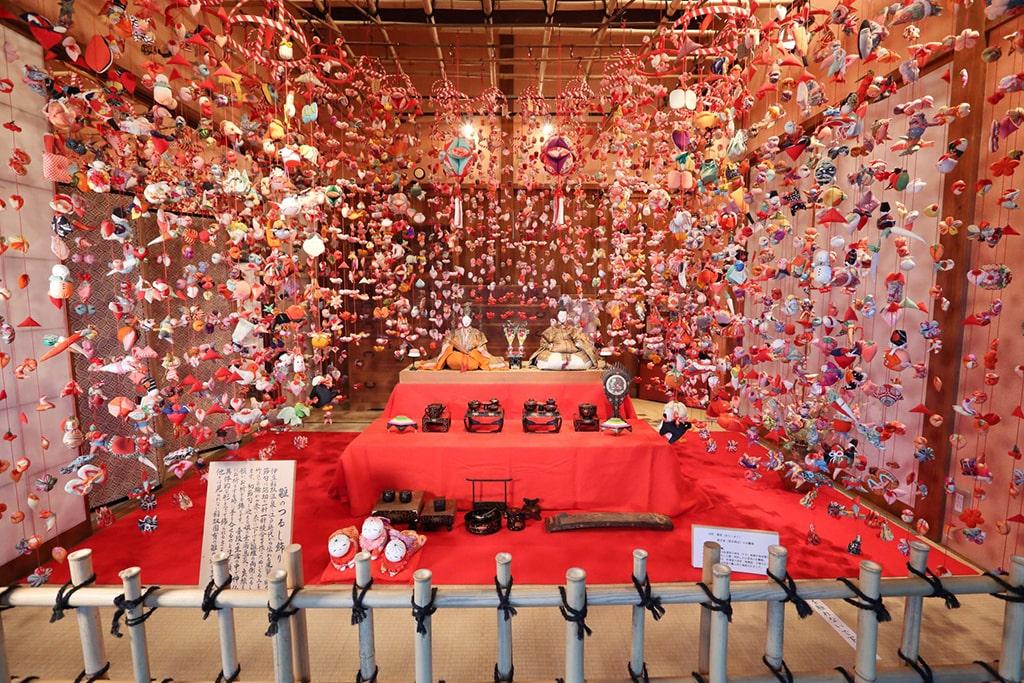 Deux poupées Hina entourées de décorations en tissu