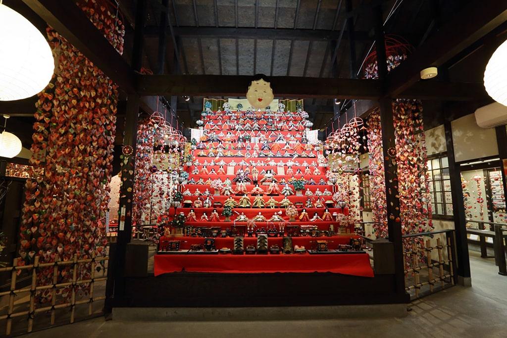 L'exposition complète traditionnelle pour Hina matsuri comprenant de nombreuses poupées